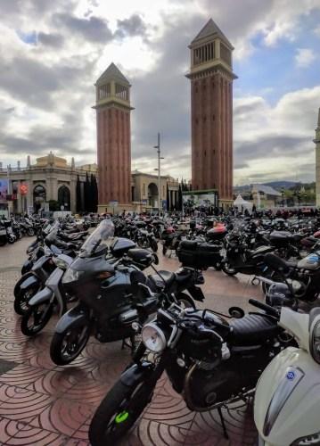 En la foto el acceso a la feria de motos de Barcelona con las dos torres de la avenida Maria Cristina en el fondo