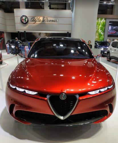 En la foto el Alfa Romeo Tonale en color rojo