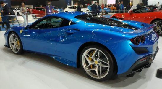 En la foto el lateral y la zaga de un Ferrari F8 Tributo en color azul metalizado