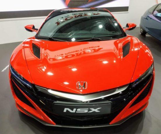El frontal de un moderno Honda NSX en color rojo