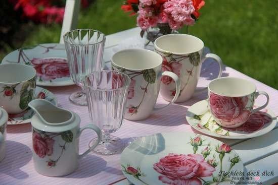 Tischdeko Rosengeschirr im Garten mit Kaffeetasse Rosen