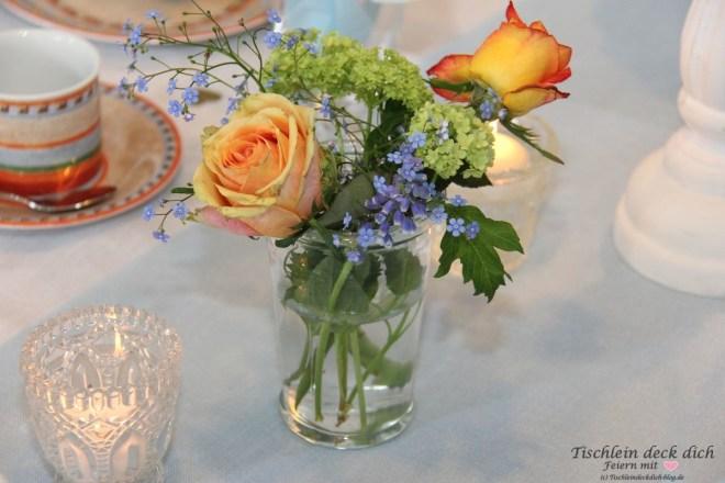 Blumenschmuck Frühling für den Geburtstagskaffee