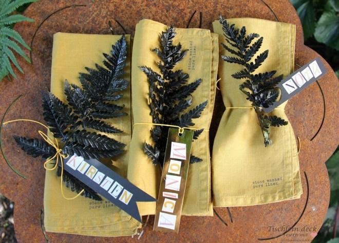 Servietten gestaltet mit schwarzem Farn und Tischkarten
