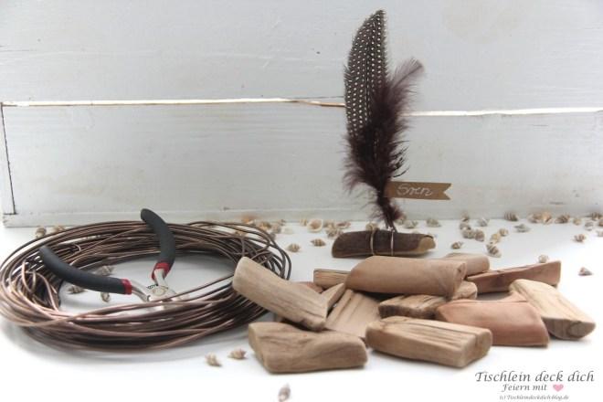 Tischkarten aus Treibholz und Federn basteln
