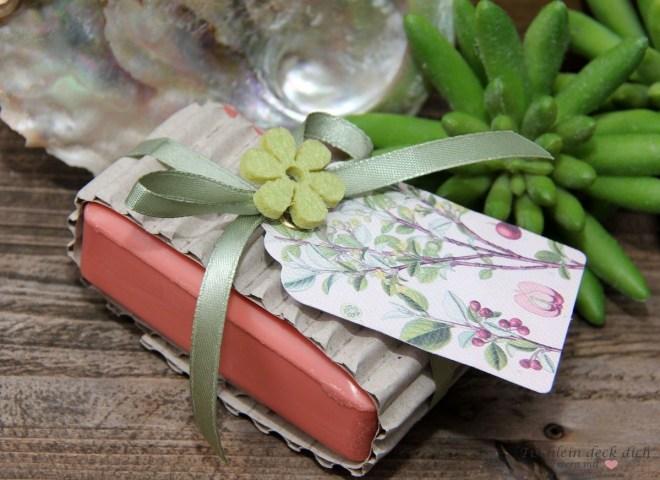 hübsch verpackte Seife als kleine Aufmerksamkeit