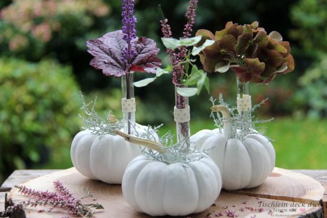 bunte Kürbisdeko mit Baby Boos und Herbstblumen