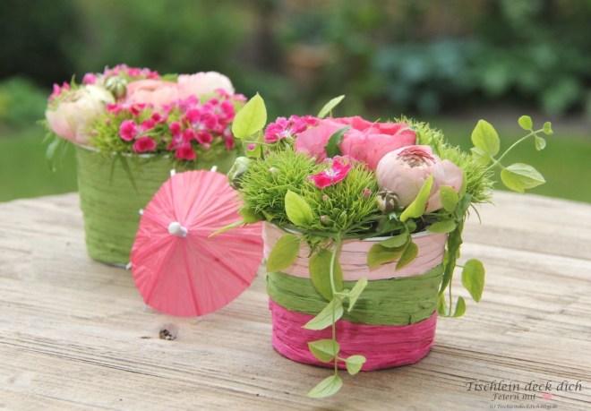 Blumendeko fuer die fruehlingshafte Tischdeko