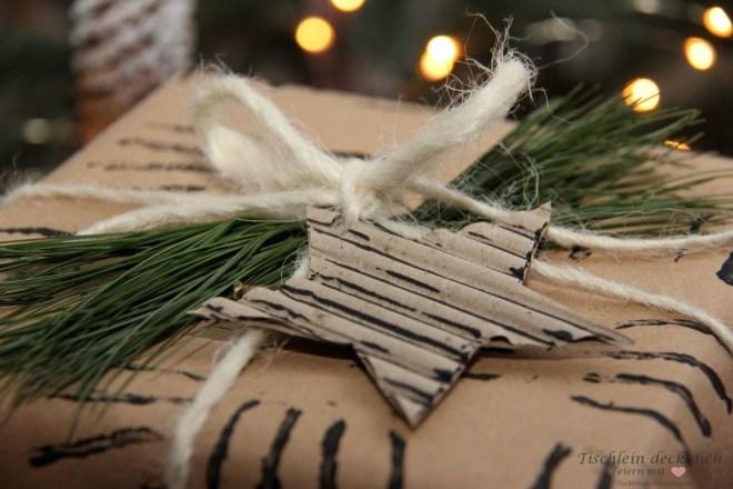 weihnachtliche Geschenkverpackung mit Wellpappe