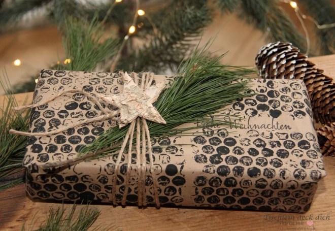 Geschenke in Packpapier mit Noppenfolie bestempelt