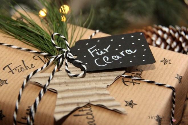Weihnachtsgeschenk in bestempelten Packpapier