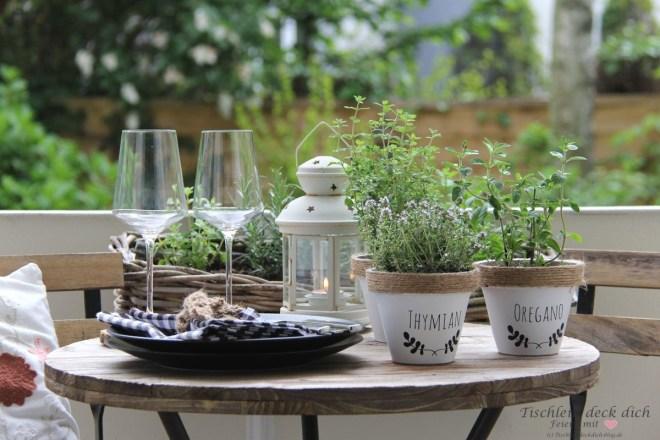 sommerliche Tischdekoration mit Kräutertöpfen