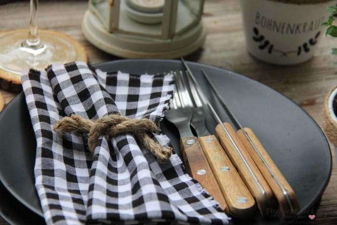 Servietten und rustikales Besteck für die sommerliche Tischdeko