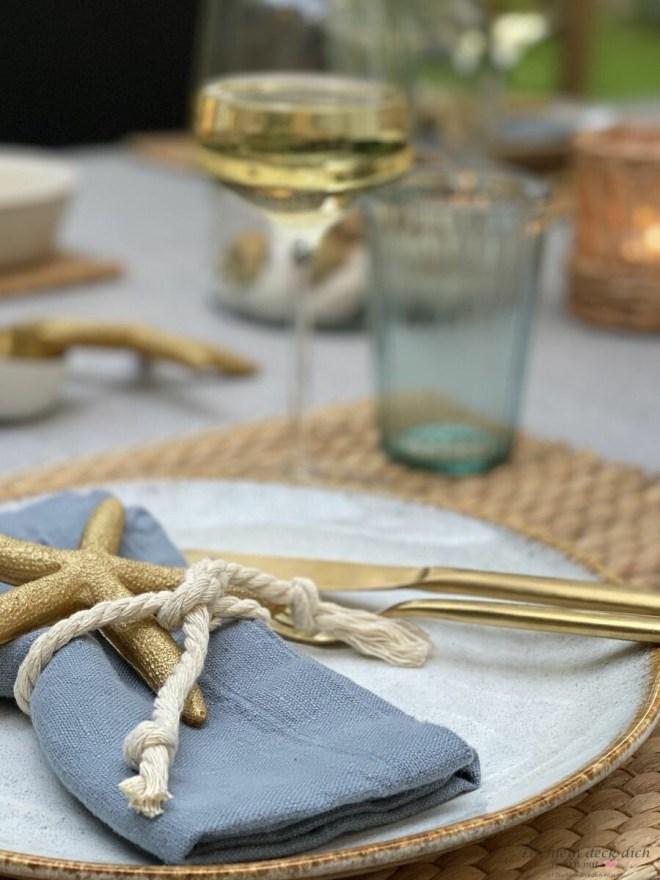Serviette sommerlich dekorieren mit goldenem Seestern