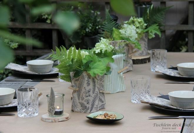 Tischdekoration mit Papierservietten im Sommer