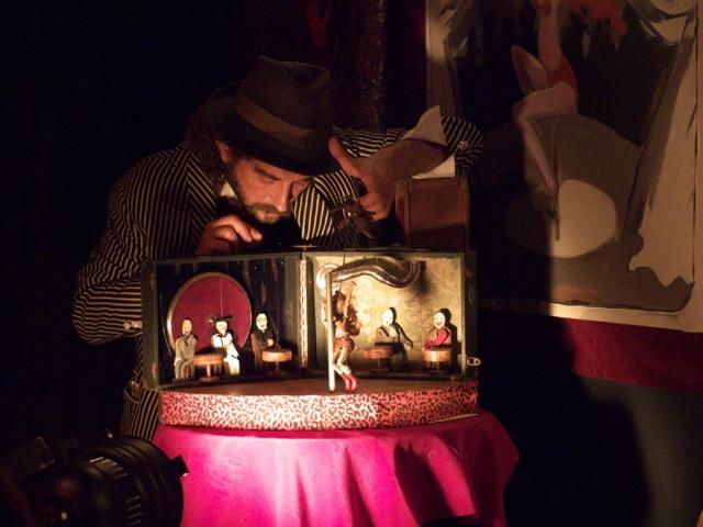 Andrea Lorenzetti manipulando. Peep Show, Naked Puppets. Foto de Jesús Atienza.
