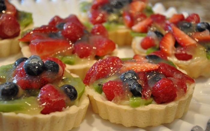 Tartellette alla frutta con frolla al pistacchio