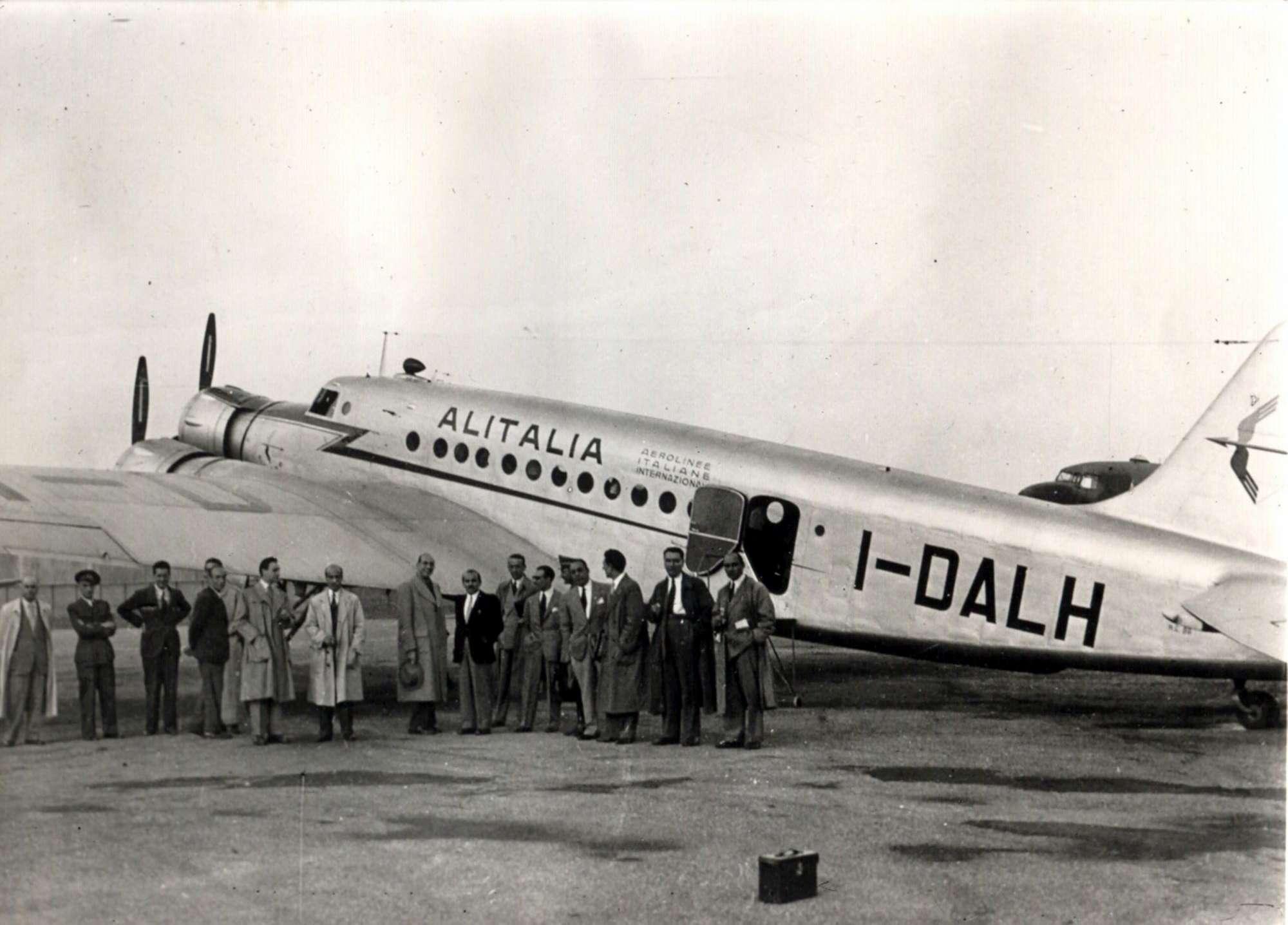 Foto dal mondo del 5 maggio: il primo volo dell'Alitalia