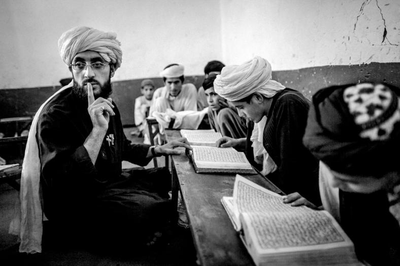 """© Majid Saeedi / Courtesy Prix Lucas Dolega. Afghanistan 2011. Source : polkamagazine.com De jeunes afghans et leur professeur pendant une étude du Coran à l'école """"Islamic Noor religious school"""" (NCIS) de Kandahar."""