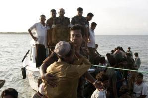Des musulmans birmans font route par bateau en direction du Bangladesh