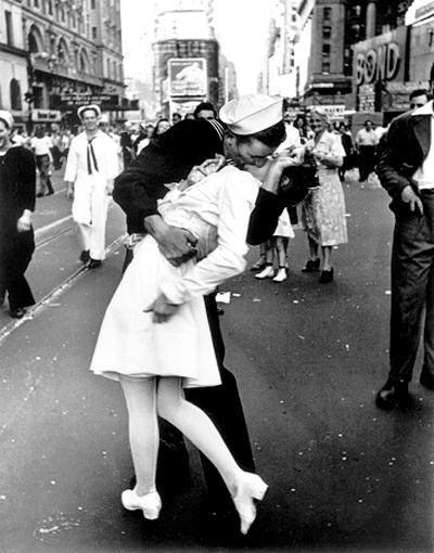 """V-J Day Kiss"" photo prise après la capitulation du Japon avec le model Leica"