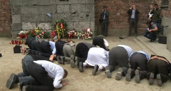 Imams priant devant le Mur de la Mort d'Auschwitz