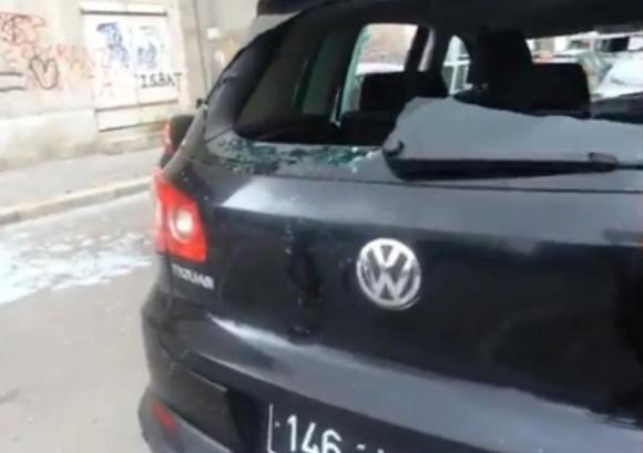 Pare-brise arrière cassée d'une voiture stationnant au niveau de la rue Jean Jaurès à Tunis