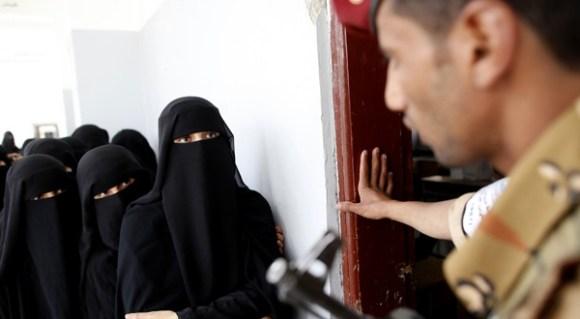 Arabie Saoudite : Une femme traversant la rue harcelée par tous les hommes
