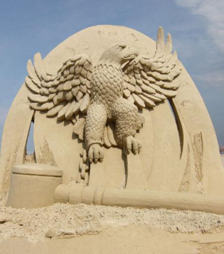 la-sculpture-sur-sable-d-un-aigle-attache-realisee-lors-du-concours-de-hampton-beach_127874_w460