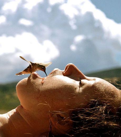 un-colibri-venu-se-ressourcer-en-eau-dans-la-bouche-d-une-jeune-femme_127565_w460