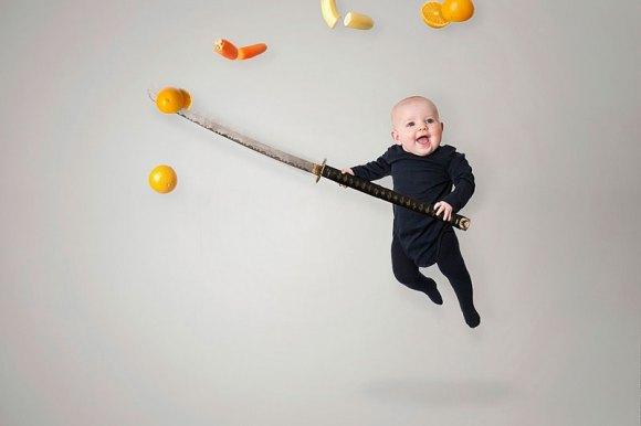 un-pere-super-creatif-met-en-scene-son-bebe-dans-des-situations-farfelues9