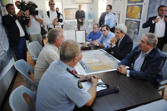 John Kerry (2e d à la table) lors de sa visite du camp de réfugiés syriens de Zaatari, en Jordanie, le 18 juillet 2013 - Photo de Mandel Ngan - Pool/AFP © 2013 AFP