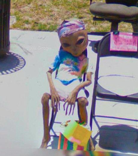 pose-sur-sa-chaise-cet-alien-se-relaxe-en-regardant-le-monde-defile-y-compris-la-voiture-google-street-view_129632_w460