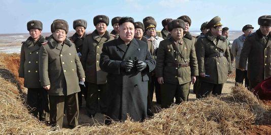 Le dirigeant nord-coréen Kim Jong-un observe un exercice d'opération aérienne de l'armée populaire de Corée du Nord, selon une image non datée fournie par l'agence officielle KCNA.   REUTERS/KCNA