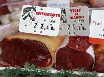 Morceaux de viande chevaline à une boucherie de chevaux à Rosny-sous-Bois près de Paris.