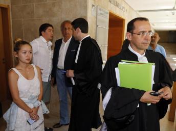 La fille Madina de Mukhtar Ablyazov (G), son mari Elias (2èG) et l'avocat Bruno Rebstock lors d'une audience en Août Reuters / Guillaume Horcajuelo