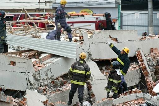 Les secouristes travaillent dans les décombres d'un immeuble en construction qui s'est effondré à Sao Paulo, au Brésil, le 27 Août 2013.