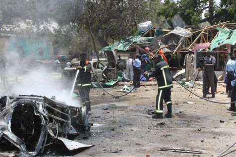 Pompiers et secours sur les lieux du double attentat, à Mogadiscio. (Photo Adbulfitah Hashi Nor. AFP)