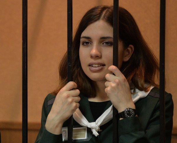 Nadezhda Tolokonnikova se trouve dans la cage de l'accusé devant le tribunal en Zubova