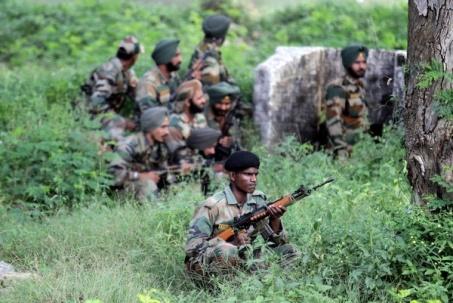 les soldats se mettent à couvert lors d'une attaque militante sur un camp à l'Inde Jammu-et-Cachemire.