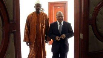 Le Premier ministre du Mali , Oumar Tatam Ly (à gauche)
