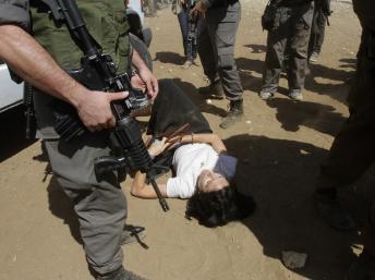 La diplomate française Marion Fesneau-Castaing aux pieds des soldats israéliens.