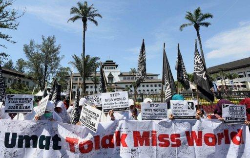 Les membres du groupe extrémiste musulman Hizbut Tahrir protestation contre Miss Monde à Bandung, Java-Ouest, le 10 Septembre 2013.