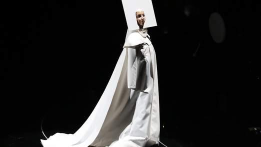 Gaga en costume au cours de sa performance MTV Awards.