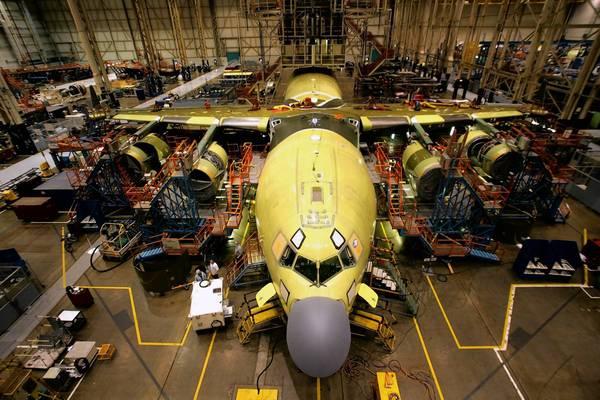 Le C-17 Globe master III est un massif, quadriréacteur pouvant transporter des chars de 60 tonnes, des troupes et du matériel médical à travers les continents et atterrir sur des pistes courtes.