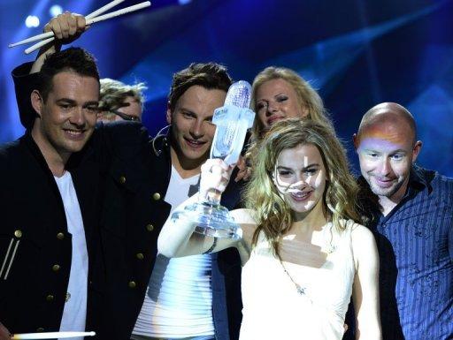Emmelie de forêt du Danemark (2e R) augmente son prix à côté de son équipe après avoir remporté la finale du Concours de la chanson Eurovision 2013 à Malmö, en Suède, le 19 mai 2013.