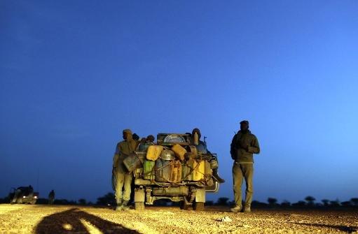 Patrouille de soldats maliens sur une route entre Kidal et Gao le 29 Juillet 2013, à le nord du Mali.