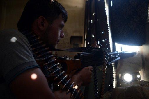 Un rebelle syrien s'en prend à forces du régime dans la ville du nord d'Alep, le 26 Août 2013