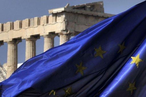 Les colonnes du temple du Parthénon vues derrière un drapeau de l'UE à Athènes