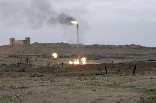 Fusées éclairantes qui brûlent à l'oléoduc de Kirkouk Northern Oil au nord de l'Irak le 6 Janvier 2010.