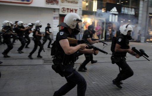 Émeute turque feu de la police des gaz lacrymogènes lors d'affrontements avec des manifestants à Istanbul, le 10 Septembre 2013.